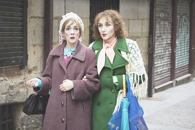 En la imagen las actricesCarmen Barrantes yMona Martínez,Maruxa y Coralia en Las dos en punto, Esther F. Carrodeguas, dirigida por Natalia Menéndez