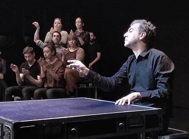 Simón Javier Martín toca el órgano y dirige al impagable coro de niños formado por los actores Lourdes Downing, Abrahan Arenas, Borja Rodriguez, Arantxa Sanchis Andrés Acevedo y Karina Moscol