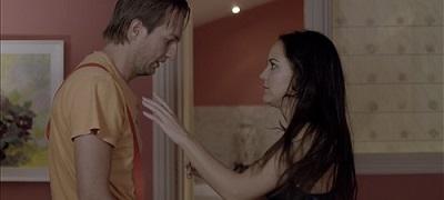 Los actores Tim Velardi y Jennifer Rubio, en una secuencia de Victoria 2030 de Manuel Serrano