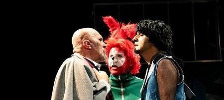 El momento en que Arthue Rabbit -Juan Vinuena- le pide una explicación a Arthur Booth -Felipe G. Vélez- en presencia de Emilio Rolo Pardo, pieza indispensable para el encuentro porque él porta al conejo. Ronejo de Rulo Pardo y seXpeare