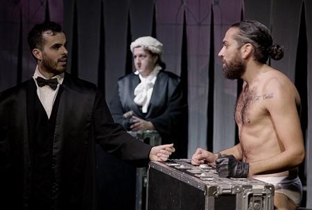 En la imagen los actores Jesús Redondo interroga a Abraham Arenas, en presencia de Carmen Flores Sandoval en Gross Indecency de Gabriel Olivares para TeatroLAB Madrid