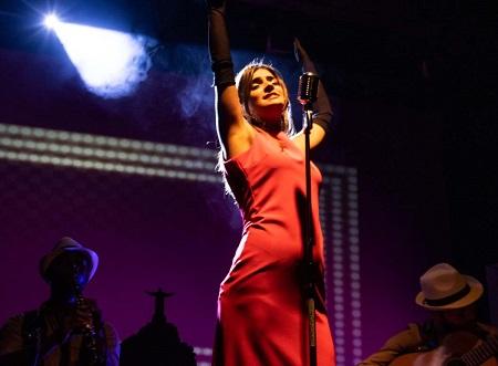 En la imagen la cantante Lari Antunes, en un momento de La canción Ipanema. El musical, de José Luis García y dirigida por Andrés Morte