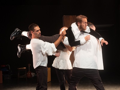 Rodrigo Casillas, Lidia Guillem, y Manuel de la Flor cargan con Víctor Antona El muerto disimulado de Ángela de Azevedo, adaptado y dirigido por Laura Garmo y Nacho León. Foto Íñigo Sola.