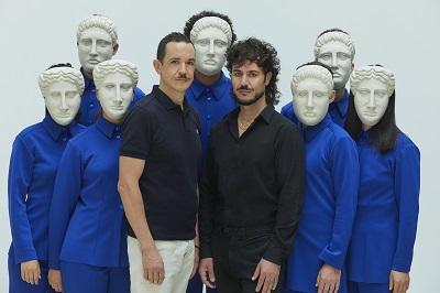 El coro griego con las máscaras de Asier Tartás Landera, en el centro Luis Luque y Paco Becerra, director y autor de Edipo. A través de las llamas Foto Jesús Ugalde